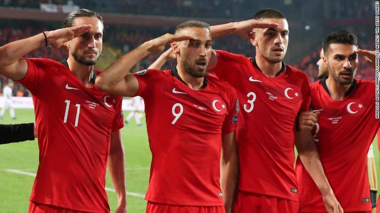 ผู้เล่นชาวตุรกีแสดงความยินดีกับกองทัพหลังจากเป้าหมายการชนะของ Cenk Tosun กับแอลเบเนีย