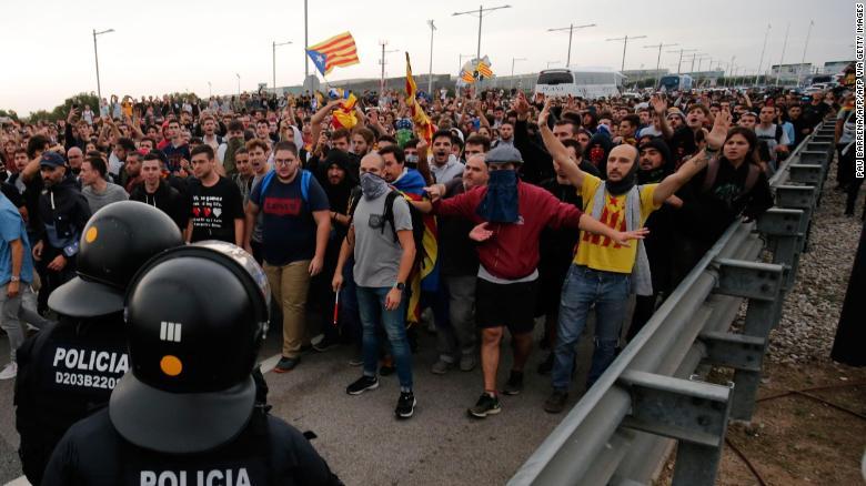 ผู้ประท้วงปะทะกับตำรวจสเปนบนทางหลวงที่นำไปสู่สนามบิน El Prat ในบาร์เซโลนา