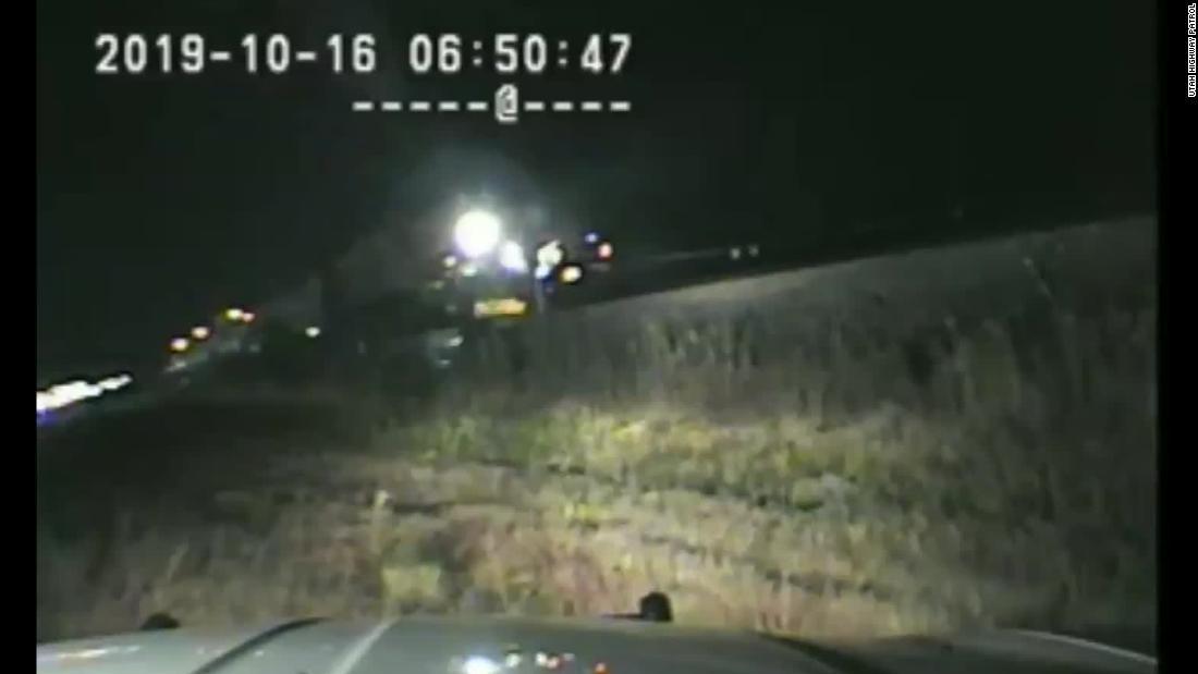 Αστυνομικός τράβηξε ένας άνδρας από το αυτοκίνητό του λίγα δευτερόλεπτα πριν είχε χτυπηθεί από τρένο