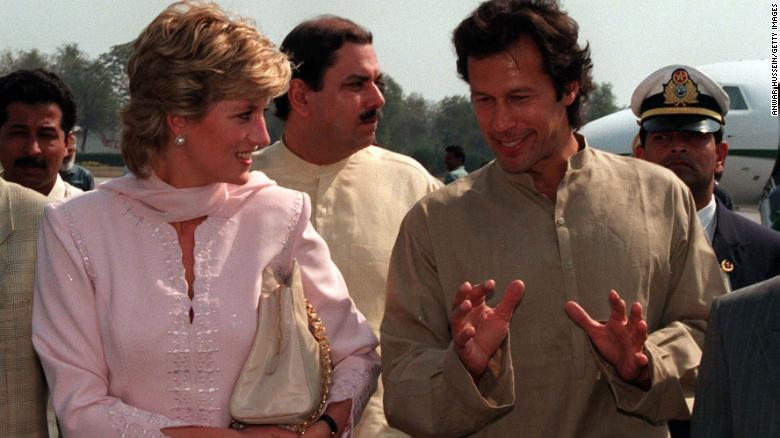 Imran Khan welcomed Diana to Lahore, Pakistan at the airport in 1996.