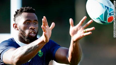 South Africa's flanker Siya Kolisi prepares to catch a ball during  a training session at Omaezaki Nexta Field in Shizuoka on September 30, 2019, during the Japan 2019 Rugby World Cup. (Photo by Adrian DENNIS / AFP)        (Photo credit should read ADRIAN DENNIS/AFP/Getty Images)