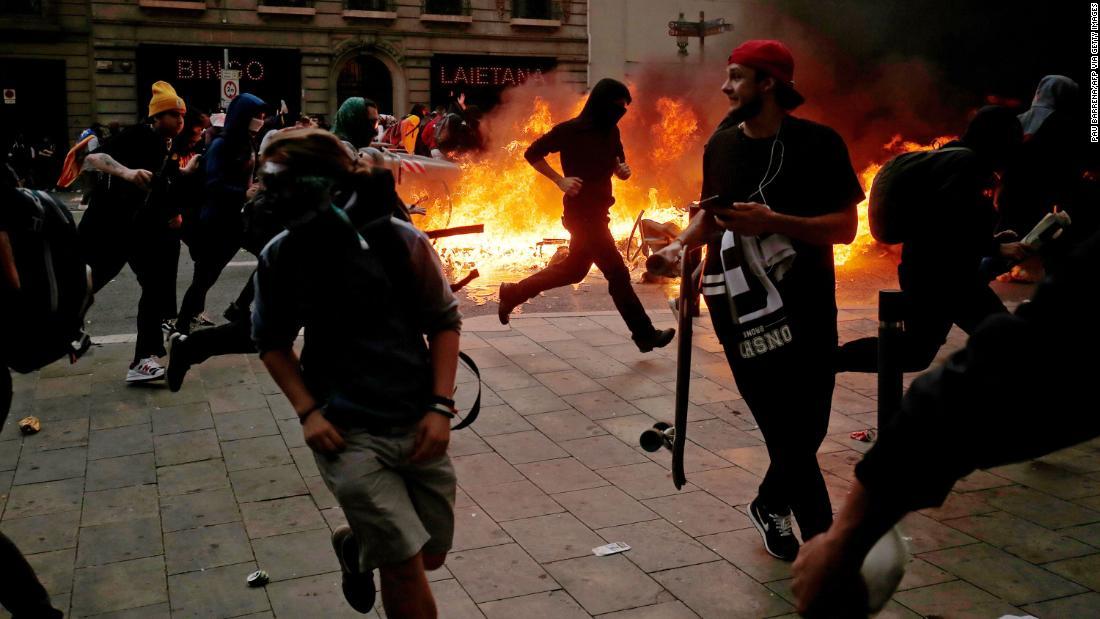Barcelona brennt als katalanische Demonstranten Zusammenstoß mit der Polizei