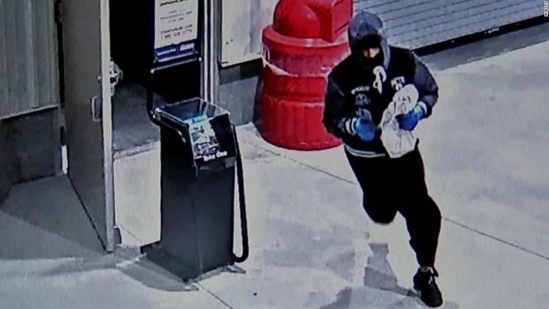 Seorang pencuri bersembunyi di Costco untuk jam kemudian mencuri $13K dalam perhiasan setelah toko ditutup, polisi mengatakan