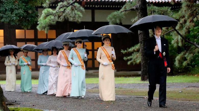 Японы титэм ханхүү Акишино, баруун талаас хоёр дахь титэм гүнж Кико нар иржээ.