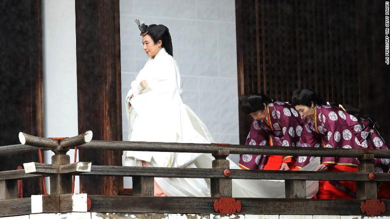 Японы эзэн хаан Масако Эзэн хааны ордонд ёслол хийхээр Кашикодокоро ариун сүм рүү алхаж байна.