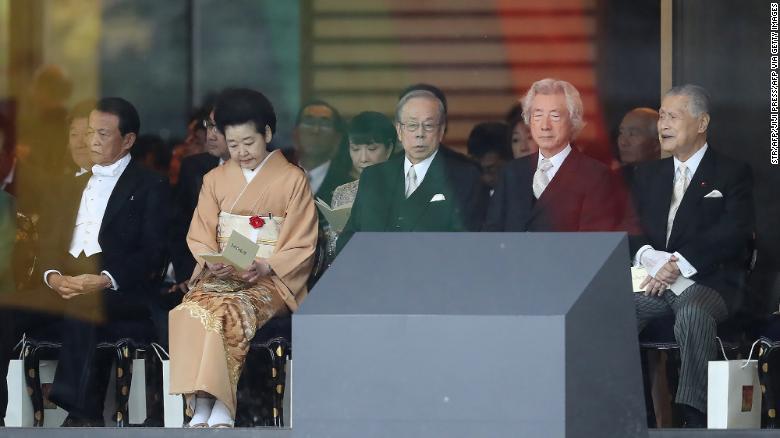 Японы Ерөнхий сайд асан Таро Асо, Ясуо Фукуда, Жуничиро Коидзуми, Ёширо Мори нар Японы Эзэн хаан Нарухитог сэнтийдээ заларч буй ёслолд оролцов.