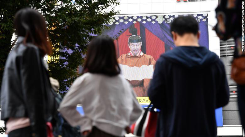 Токио хотод шууд нэвтрүүлгийн үеэр Японы эзэн хаан Нарухитог хаан ширээнд суугааг зарлаж байгааг хүмүүс үзэж байна.