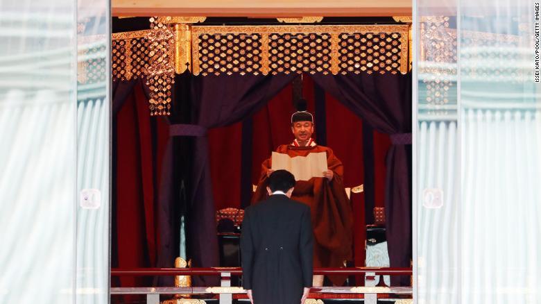 Японы эзэн хаан Нарухито Эзэн хааны ордонд хаан ширээнд суугаагаа зарлав.