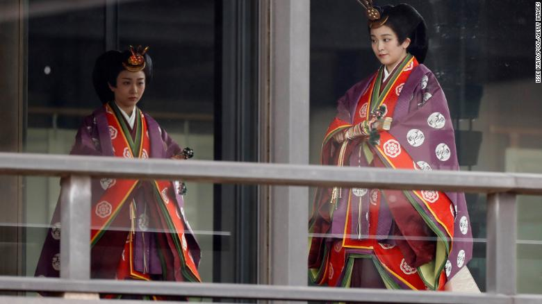 Японы гүнж Како, гүнж Мако нар эзэн хаан Нарухитогийн хаан ширээнд залах ёслолд иржээ.