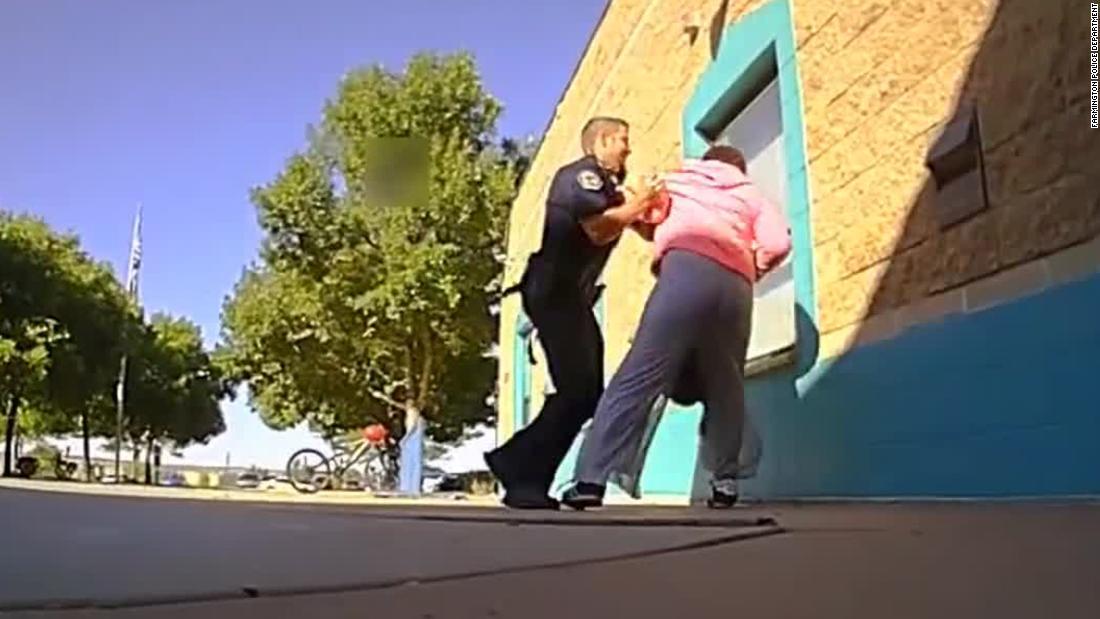 Sekolah resource officer adalah keluar dari pekerjaan setelah bodycam menunjukkan penggunaan kekuatan terhadap 11 tahun mahasiswa