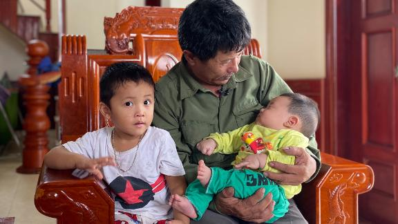 Le Minh Tuan and two of his grandchildren. Their father - Le