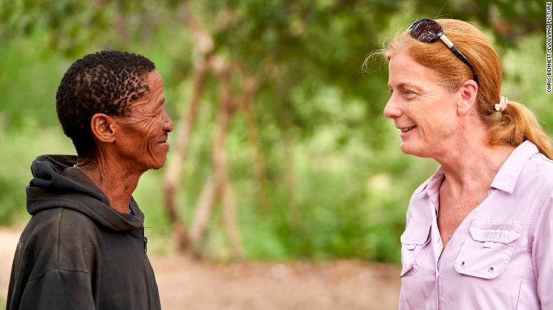 Автор исследования Ванесса Хейс беседует с директором mankun ǀkunta из расширенной семьи Ju / # hoansi. Она посещала Окун и его большую семью более десяти лет. Они поделились своими образцами крови, чтобы помочь в исследовании.