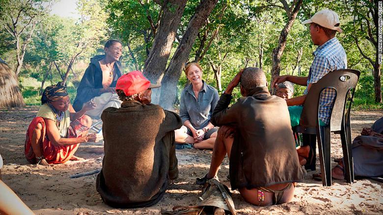 Хейс сидит с охотниками Хуанси Нямсе Сао, Акуном Нямсе и Акуном Акунтой (слева направо).