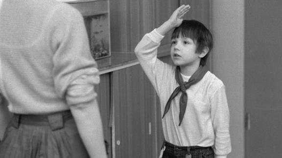 A pioneer in East Berlin reporting to their teacher in 1987.