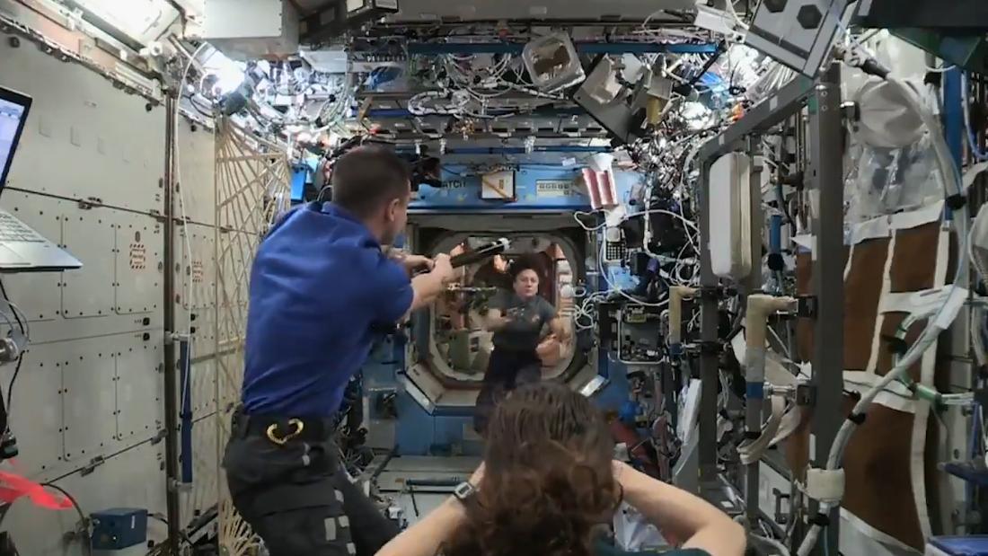 Beobachten Sie Astronauten spielen baseball in der Schwerelosigkeit