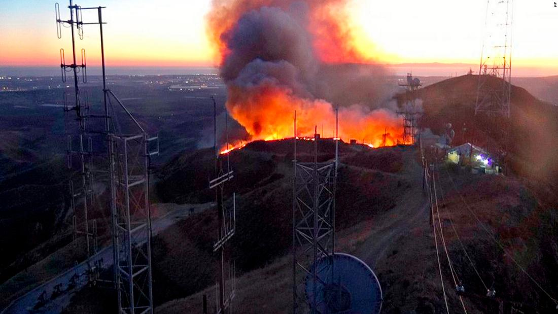 消防隊員の時間を過ごすことができるカリフォルニアの火災としての風die down金曜日