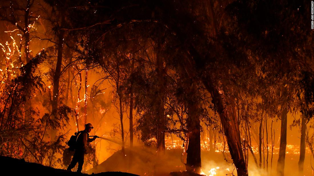 California wildfires: A new blaze menaces Ventura County, but weather conditions give firefighters hope