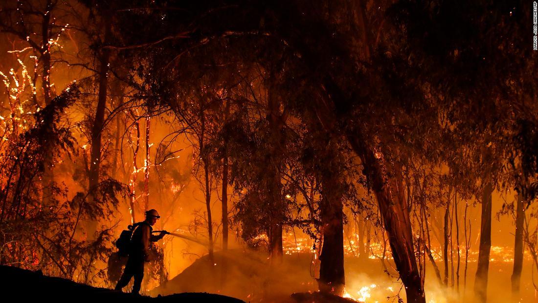 Δεκατέσσερις φωτιές συνεχίζουν να καίνε σε όλη την Καλιφόρνια