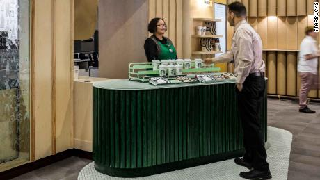 Inside Starbucks & # 39; the first pick-up shop ever in New York.