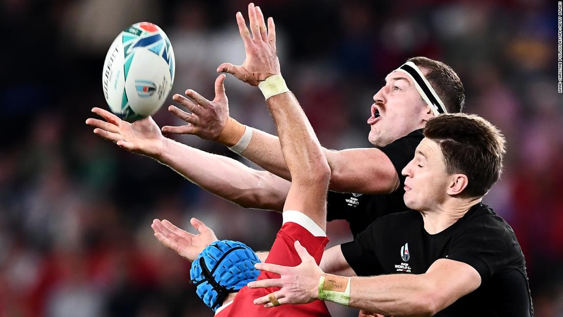 Wales' flanker Justin Tipuric (L) fights for the ball with New Zealand's lock Brodie Retallick (C) and fullback Beauden Barrett.