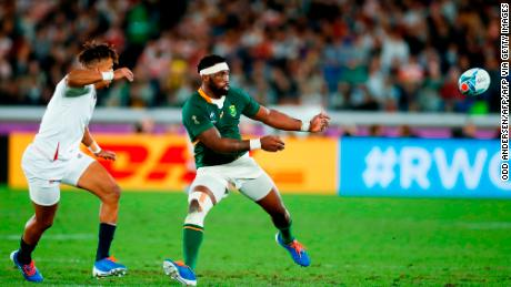 South Africa's flanker Siya Kolisi (R) passes the ball beside England's wing Anthony Watson during the Japan 2019 Rugby World Cup final.