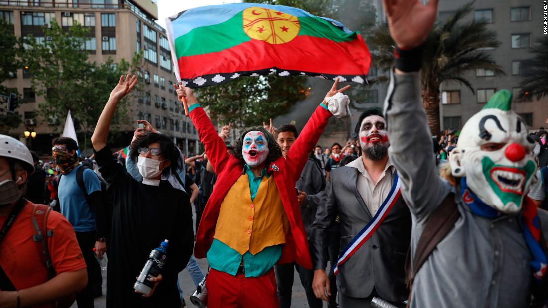 Σε διαμαρτυρίες σε όλο τον κόσμο, μια εικόνα που ξεχωρίζει