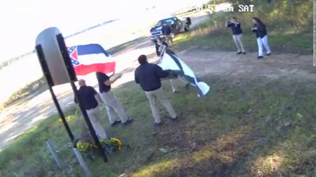 Weißer Rassist Gruppe filmed in front of Emmett Till Zeichen