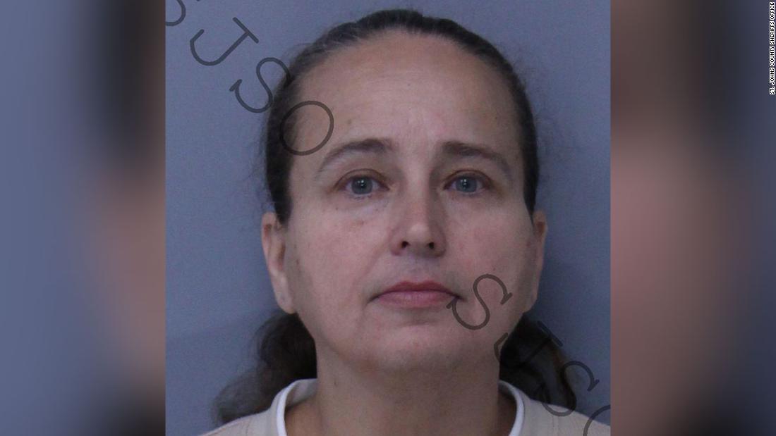 Θετή μητέρα συνελήφθη σε πρόγραμμα υιοθεσίας. Οι αρχές λένε ότι χρησιμοποίησε την υιοθετημένος γιος ως δόλωμα