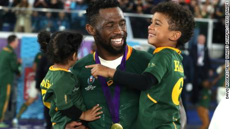 YOKOHAMA, JAPAN - NOVEMBER 02: Siya Kolisi of South Africa shares a laugh with his children during the Rugby World Cup 2019 Final between England and South Africa at International Stadium Yokohama on November 02, 2019 in Yokohama, Kanagawa, Japan. (Photo by David Rogers/Getty Images)