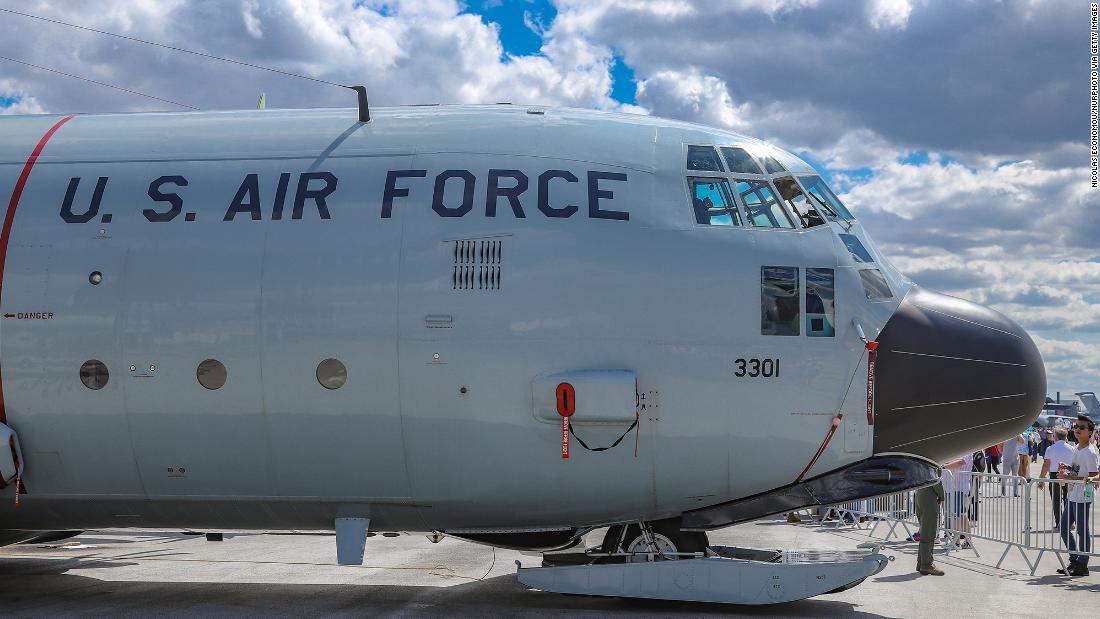 Coast Guard sedang mencari pilot yang jatuh dari C-130 pesawat ke Teluk Meksiko
