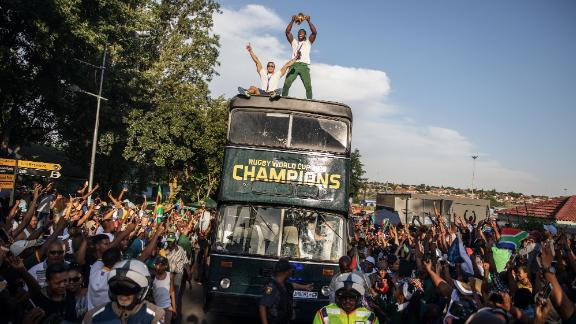 South African Rugby captain Siya Kolisi (C) holds up the Web Ellis trophy as the World Cup winner team parades Vilakazi street in Soweto on an open top bus  on November 7, 2019 in Soweto, South Africa. (Photo by Michele Spatari / AFP) (Photo by MICHELE SPATARI/AFP via Getty Images)