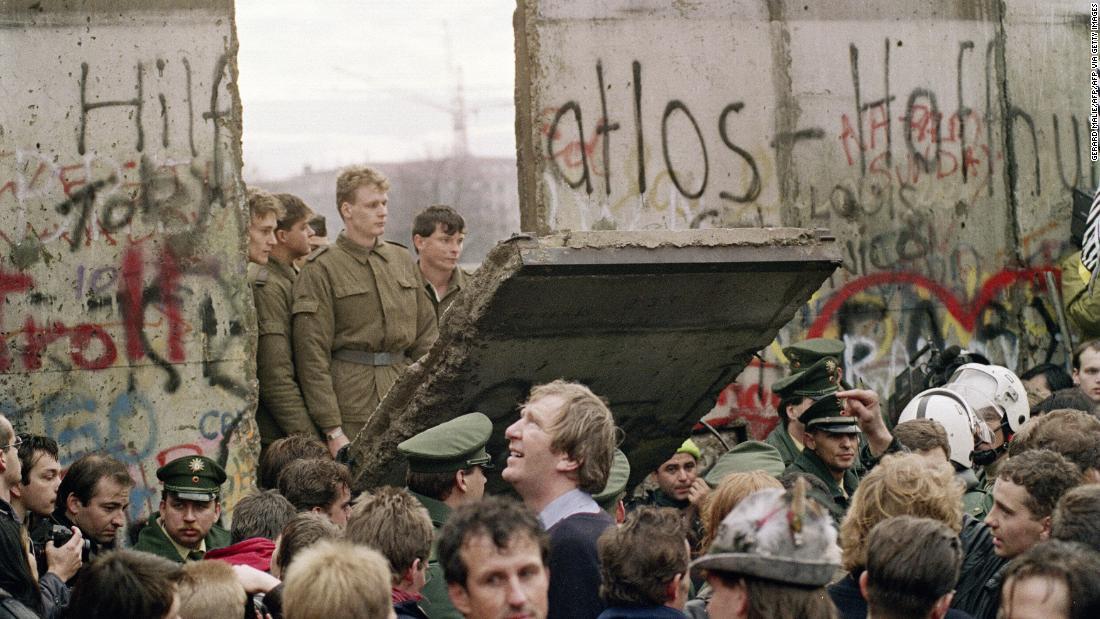 Το Τείχος του Βερολίνου έπεσε πριν από 30 χρόνια. Αλλά ένα αόρατο εμπόδιο εξακολουθεί να διχάζει Γερμανία