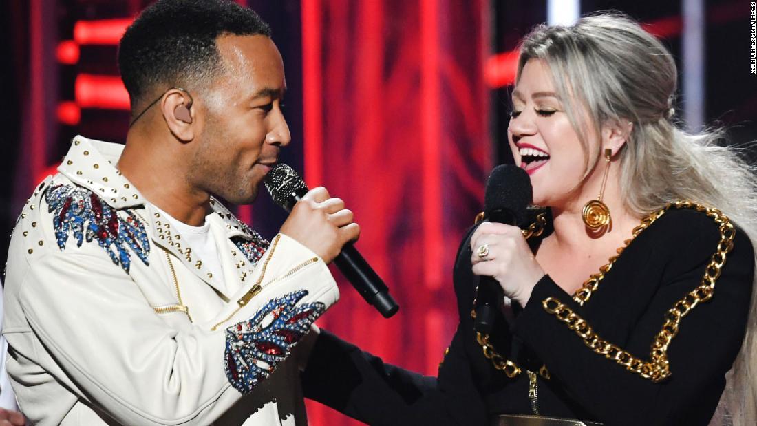 John Legend và Kelly Clarkson thả bản làm lại 'Baby it Cold Out' của họ