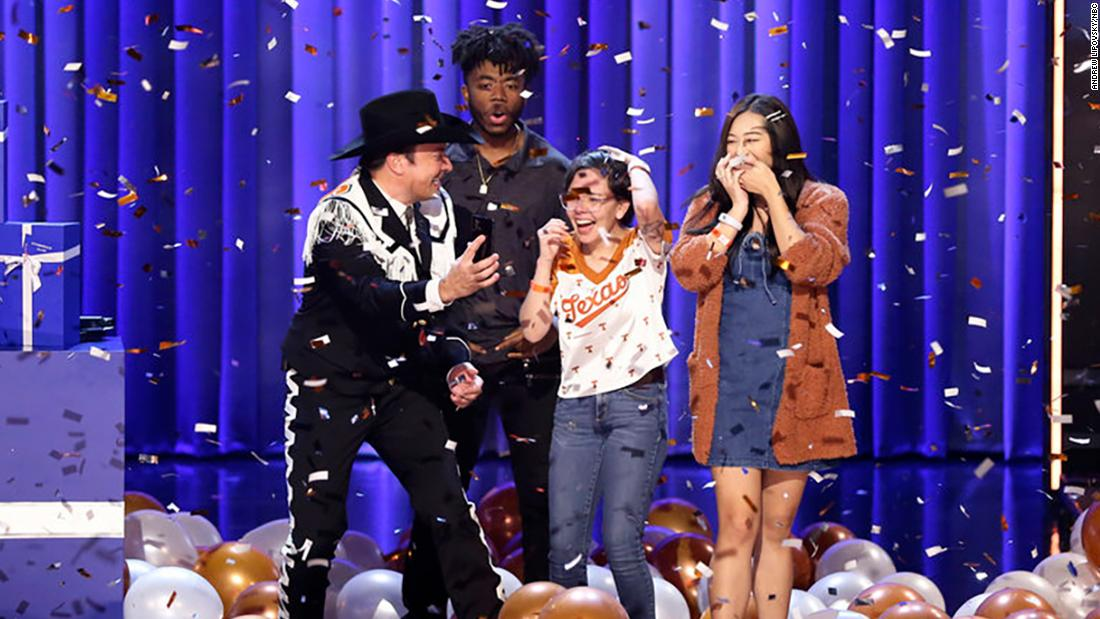 Jimmy Fallon gây bất ngờ cho ba sinh viên Đại học Texas tại Austin với học phí miễn phí