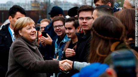 Merkel accueille les visiteurs alors qu'elle se rend à la chapelle de la réconciliation avant d'assister à un service commémoratif pour commémorer le 30e anniversaire de la chute du mur de Berlin, le 9 novembre 2019.