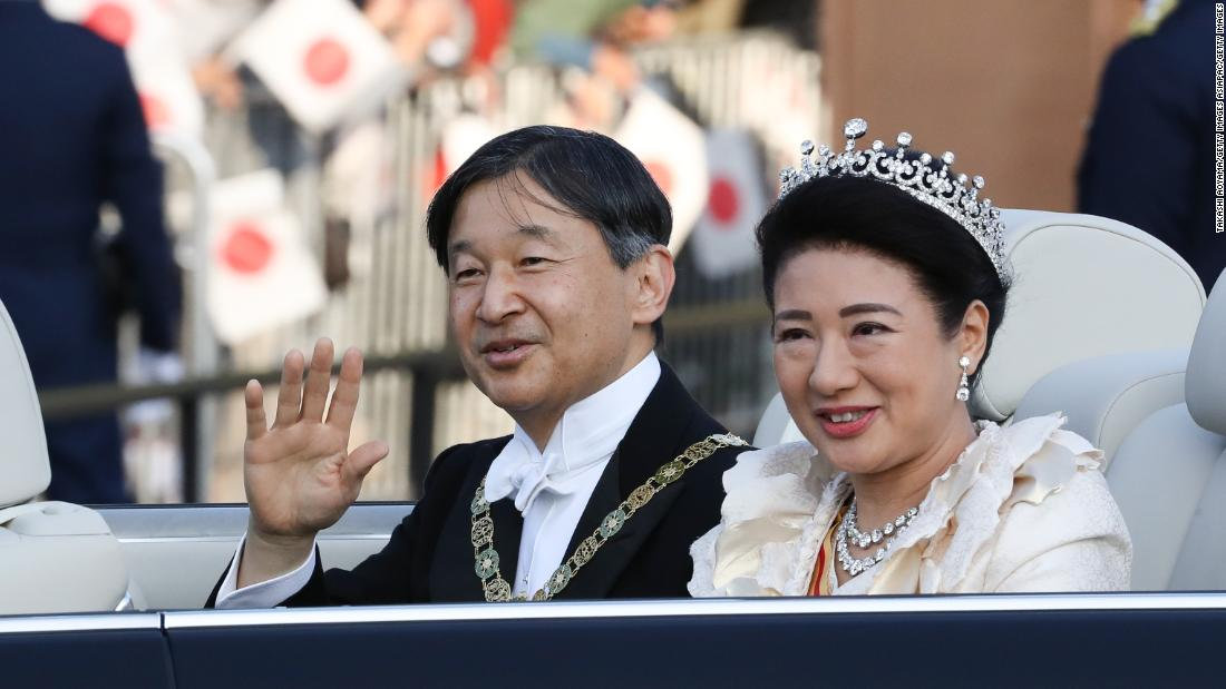Japan's imperial couple greeted by thousands during Tokyo parade