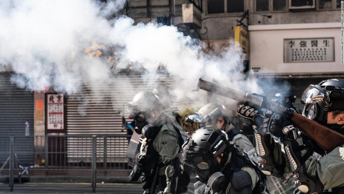 Mann, stellt Hong Kong Demonstranten in Brand gesteckt wird