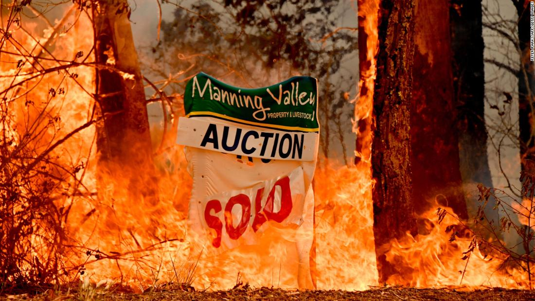 Petugas pemadam kebakaran pertempuran bersejarah kebakaran di Australia