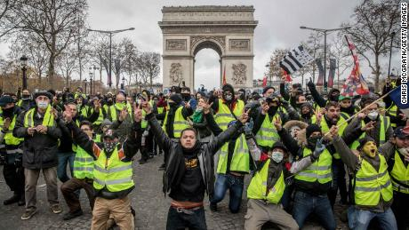 Protesters sing slogans during the demonstration on the Champs-Elysées on December 8 at the Arc de Triomphe. 2018 in Paris.
