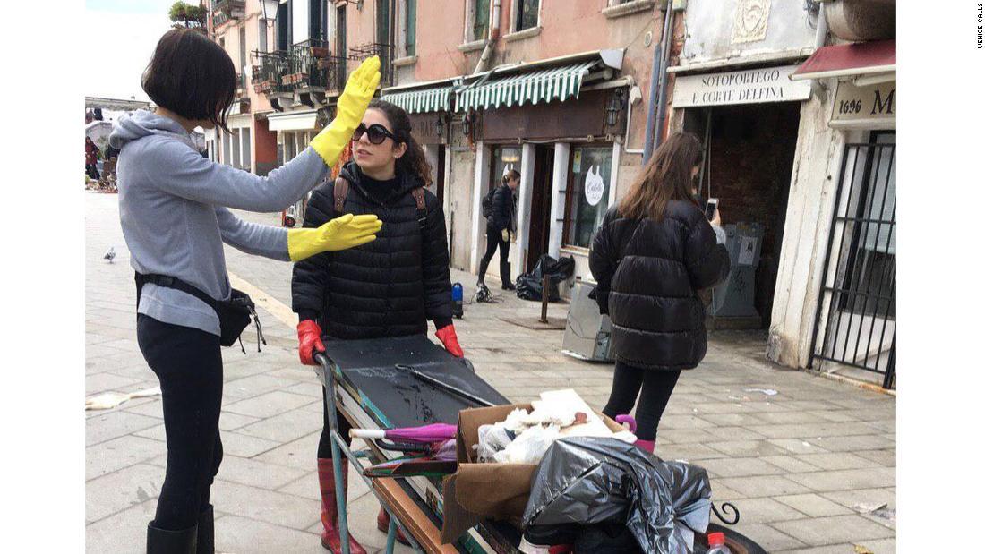 Πώς εκατοντάδες νεαρούς ενήλικες κινητοποιήθηκαν για να καθαρίσει τη Βενετία μέσα σε καταστροφικές πλημμύρες