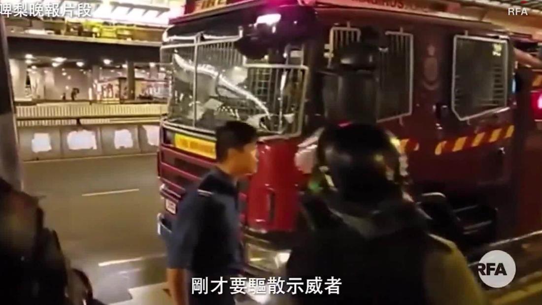 香港消防車に衝突
