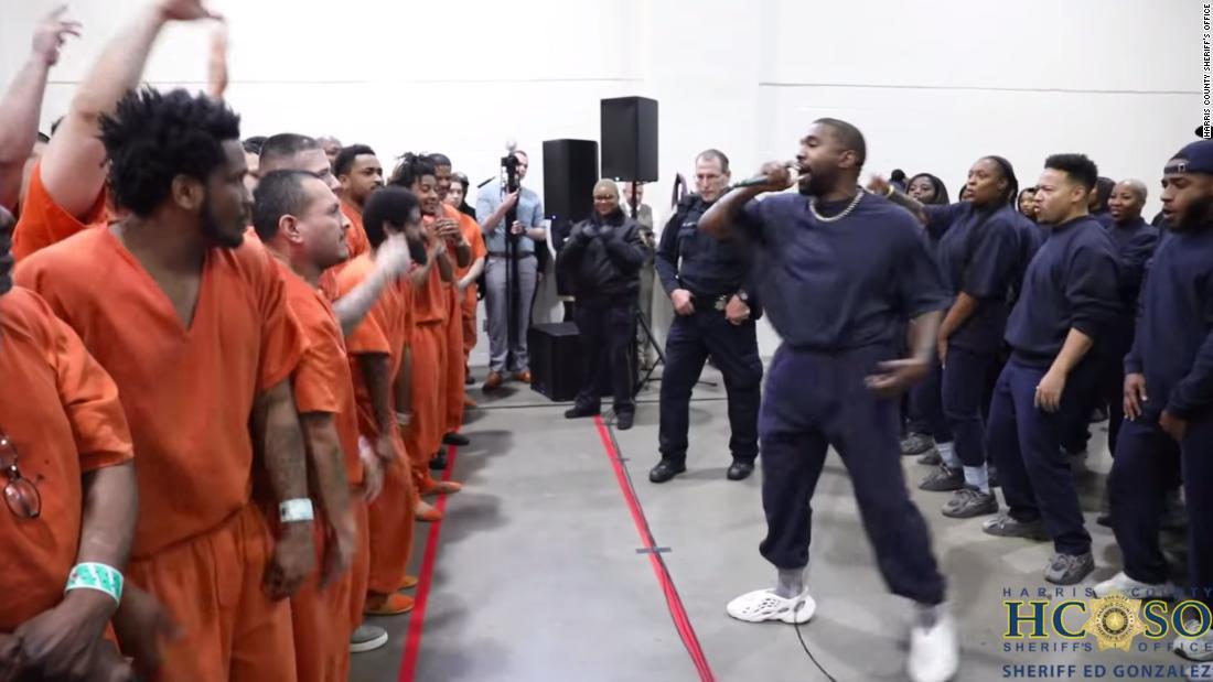 Kanye West δίνει απόδοση σε φυλακή του Τέξας