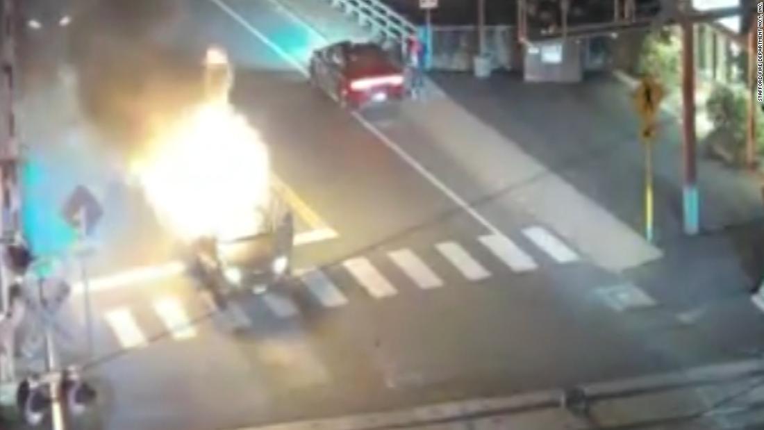 Auto bricht in Flammen auf Bahnübergang