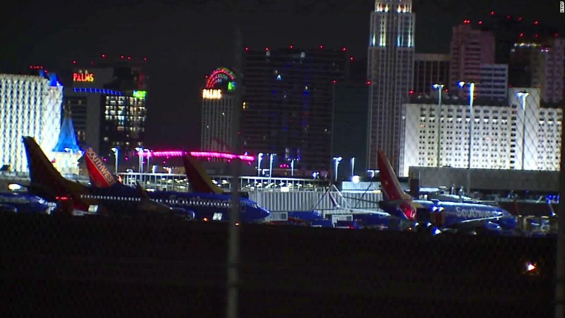 Las Vegas Polizei Schießen Mann angeklagt, der Angriff auf Offiziere im Flughafen