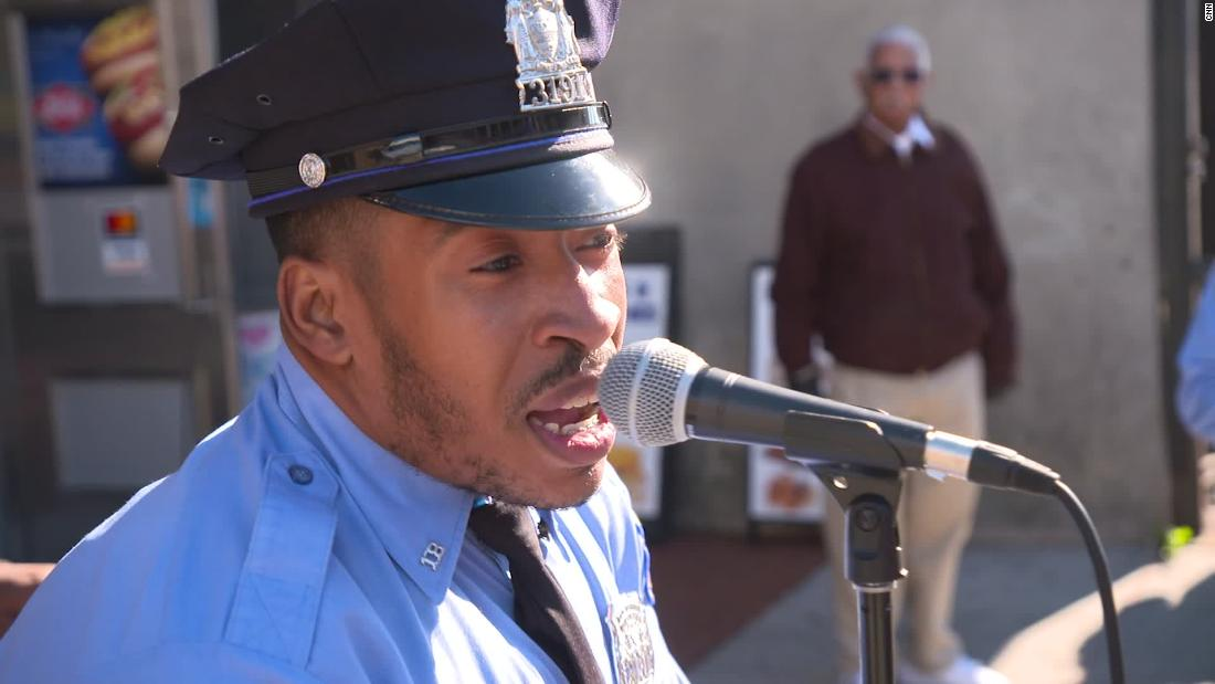Bernyanyi polisi gunakan karaoke untuk melawan kejahatan di Philadelphia
