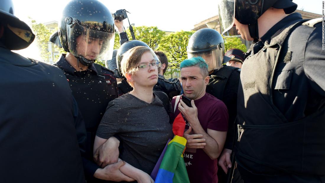 ゲイ男性ロシアに強制的に身を隠した上YouTube面接