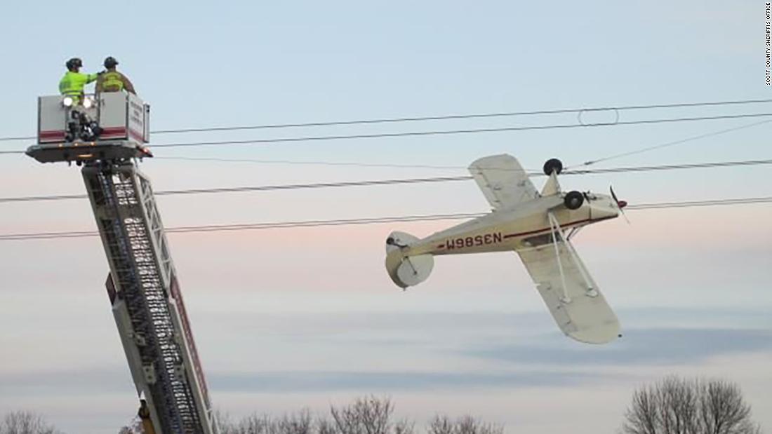 Flugzeug Links hängen nach der Kollision mit Stromleitungen