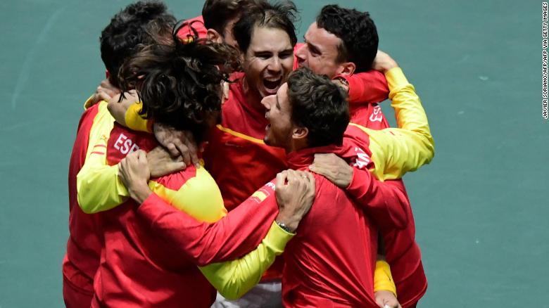 Rafa Nadal ของสเปนฉลองกับเพื่อนร่วมทีมหลังจากชนะ Denis Shapovalov ของแคนาดาในเดวิสคัพ