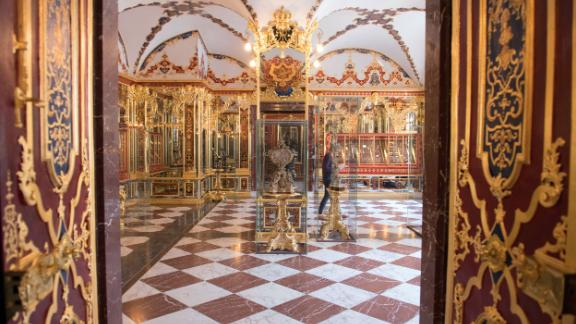 Picture taken on April 9, 2019 shows the Jewel Room ( Juwelenzimmer), one of the rooms in the historic Green Vault (Gruenes Goelbe) at the Royal Palace in Dresden, eattsren Germany. - A state museum in Dresden containing billions of euros worth of baroque treasures has been robbed, police in Germany confirmed on November 25, 2019. The Green Vault at Dresden