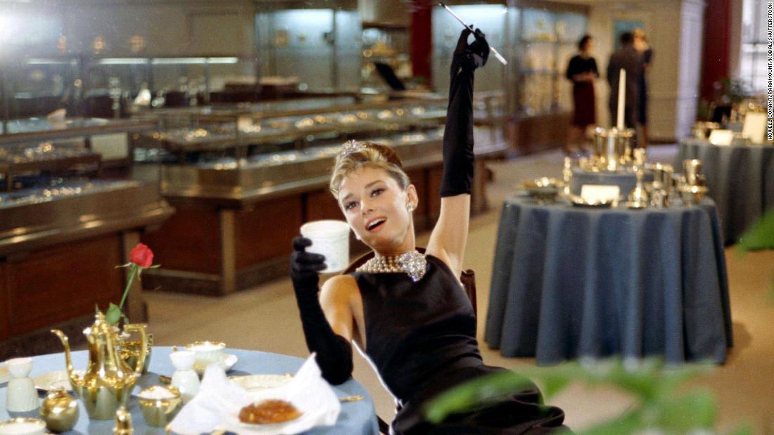 Ingat ketika Audrey Hepburn didefinisikan elegan dalam gaun hitam kecil?